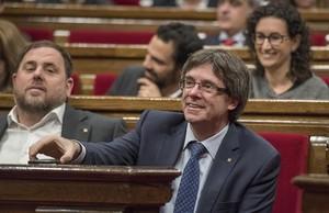 Carles Puigdemont, junto a Oriol Junqueras, en el Parlament.