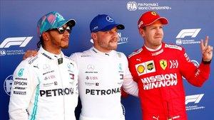 El poleman, Valtteri Bottas, flanqueado por Lewis Hamilton y Sebastian Vettel.