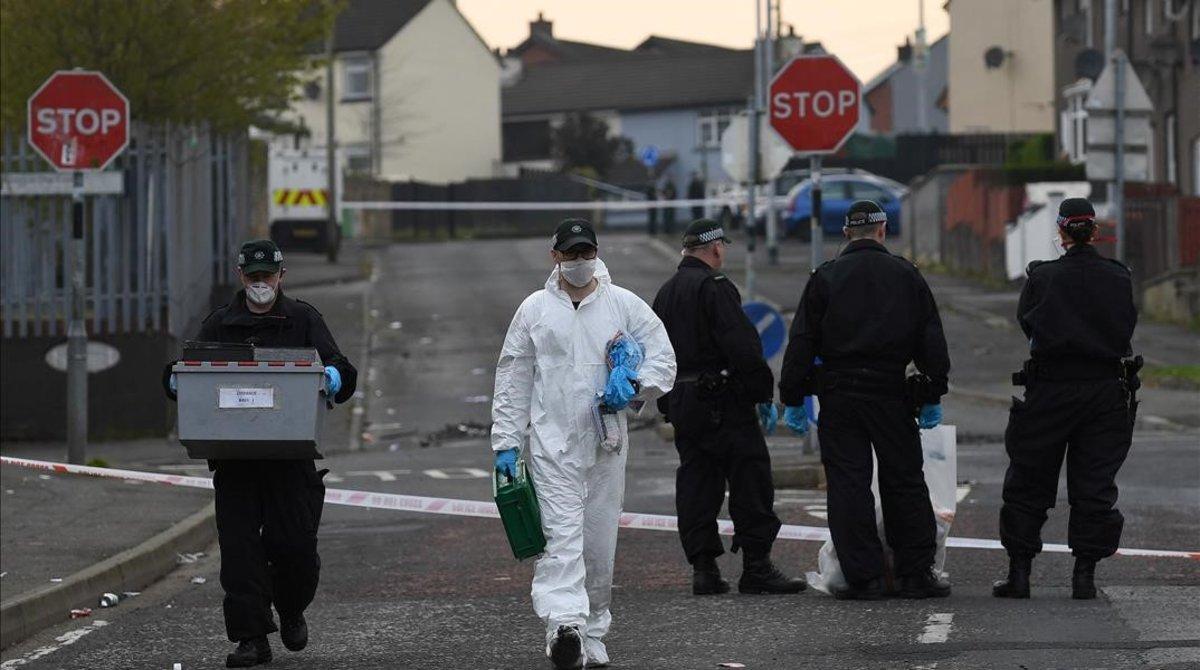 La policía examina el lugar donde asesinaron a la periodistaLyra McKee en Irlanda del Norte.