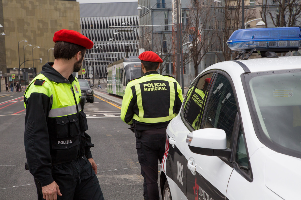 Dos agentes de la Udaltzaingoa (o Policía Municipal) de Bilbao vigilan el tráfico en el centro de la ciudad.
