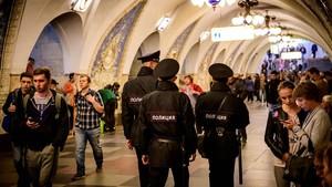 Policías patrullando en el metro de Moscú.
