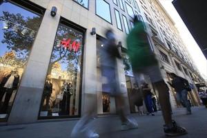 Concentración sindical ante H&M por despedir a empleados de baja