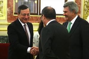 El president del BCE, Mario Draghi, saluda el governador del Banc dEspanya, Luis María Linde.