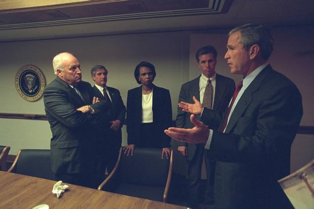 Dick Cheney (izquierda), junto a George Bush, Condoleezza Rice y otros funcionarios en el Centro de Operaciones de Emergencia de Washington en las horas posterioresa los atentados del 11 de septiembre del 2001.