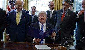 El presidente de EEUU, Donald Trump, y el secretario de Comercio, Wilbur Ross (izquierda).