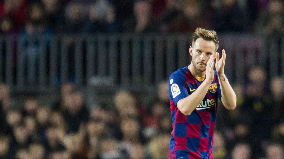 Rakitic aplaude al Camp Nou tras ser sustituido por Valverde.