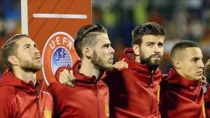 Ramos, De Gea, Piqué y Rodrigo escuchan el himno español antes del partido.