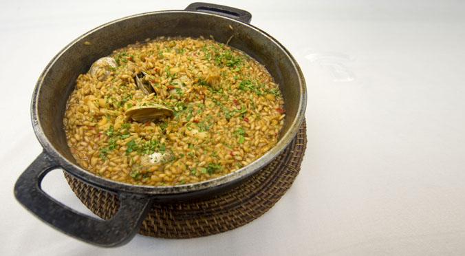 Arnau Bosch explica cómo hace la recetade arroz meloso de galeras y almejas.