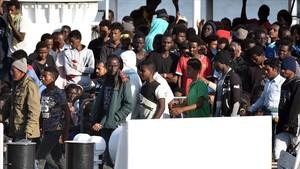 Los refugiados hacen cola para desembarcar en el puerto de Catania, Sicilia.