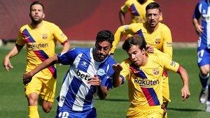 Riqui Puig pelea un balón con Camarasa ante Alba y Lenglet.