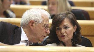 El ministro de Exteriores, Josep Borrell, conversa con la vicepresidenta del Gobierno, Carmen Calvo, en el Senado, el pasado 11 de diciembre.