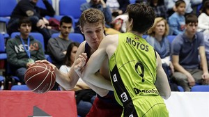 El azulgrana Vezenkov intenta penetrar ante Mikel Motos en el partido disputado en San Sebastián.