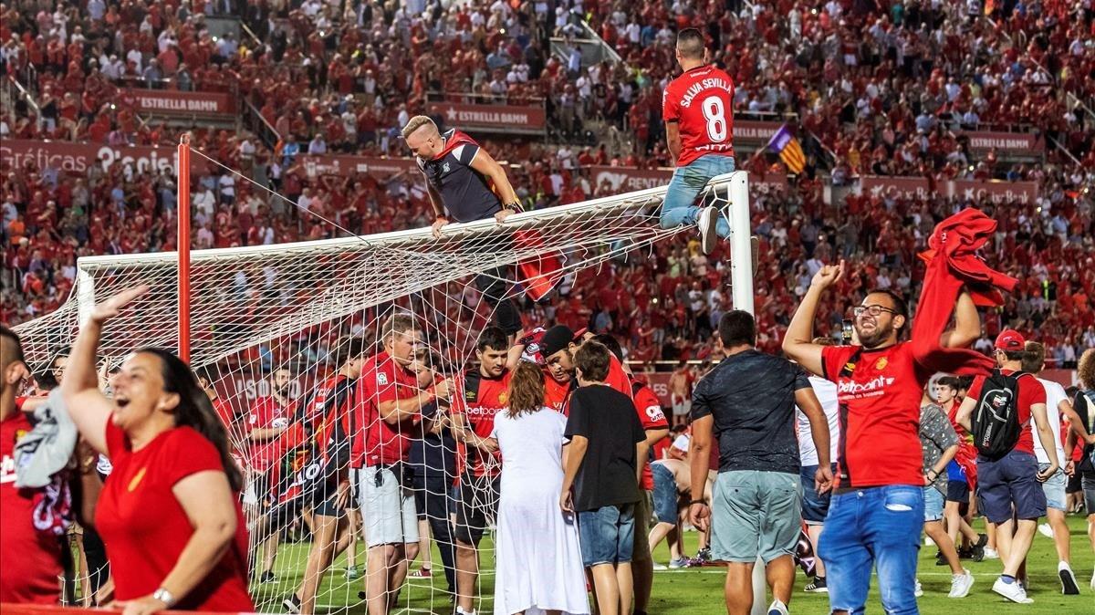 Los aficionados del Mallorca festejan el ascenso logrado ante el Depor.