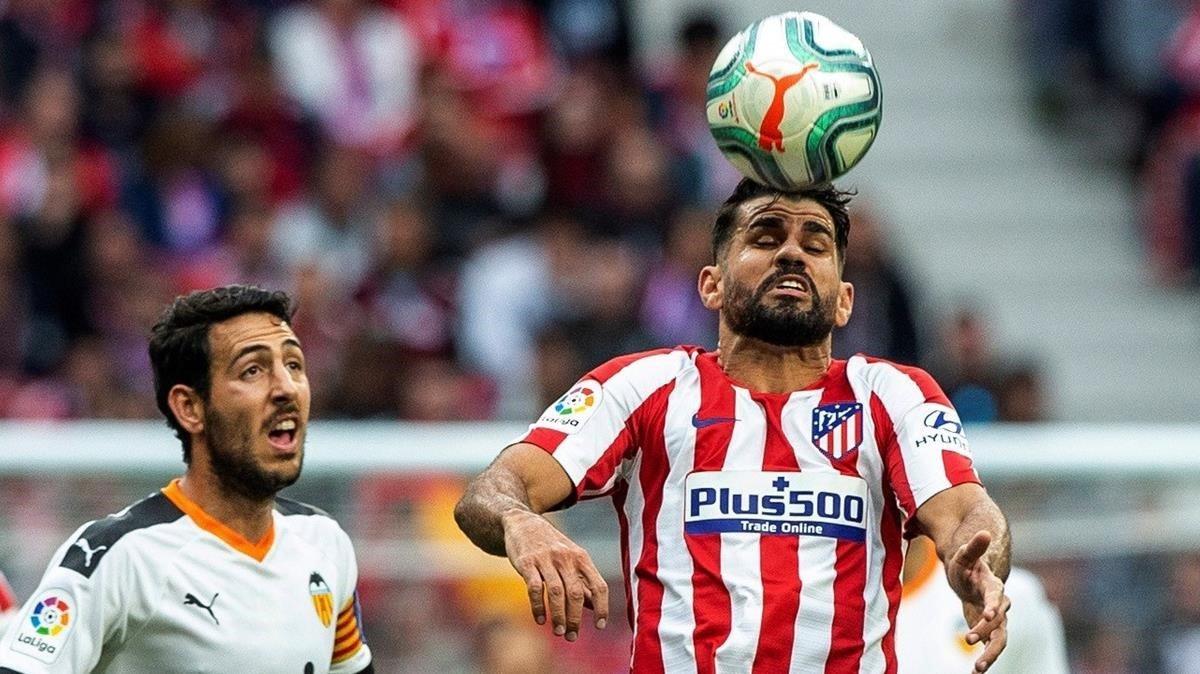 Diego Costa cabecea ante Parejo.