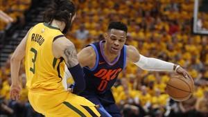 Rubio defiende a Westbrook en el inicio del sexto partido entre Utah y Oklahoma.