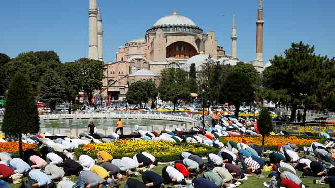 Santa Sofía renace como mezquita de Estambul. En la foto, momento de la oración de los musulmanes que han acudido a los alrededores de la ya mezquita durante la celebración.