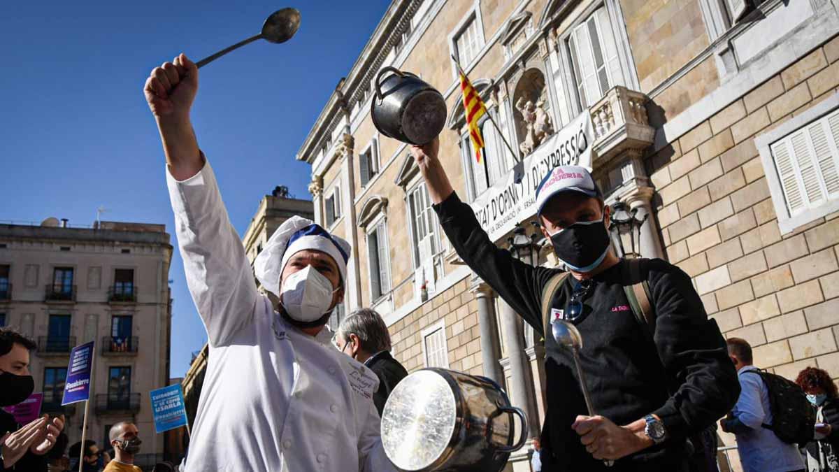 El sector de la hostelería y la restauación protesta en Barcelona contra el cierre de locales.