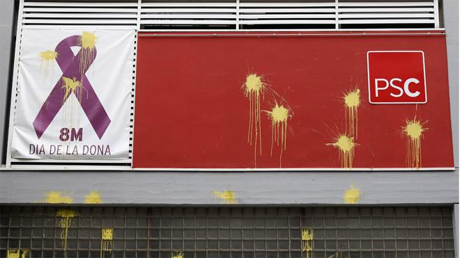 Pintadas alusivas a Coripe en la fachada de la sede del PSC en Barcelona, este lunes.