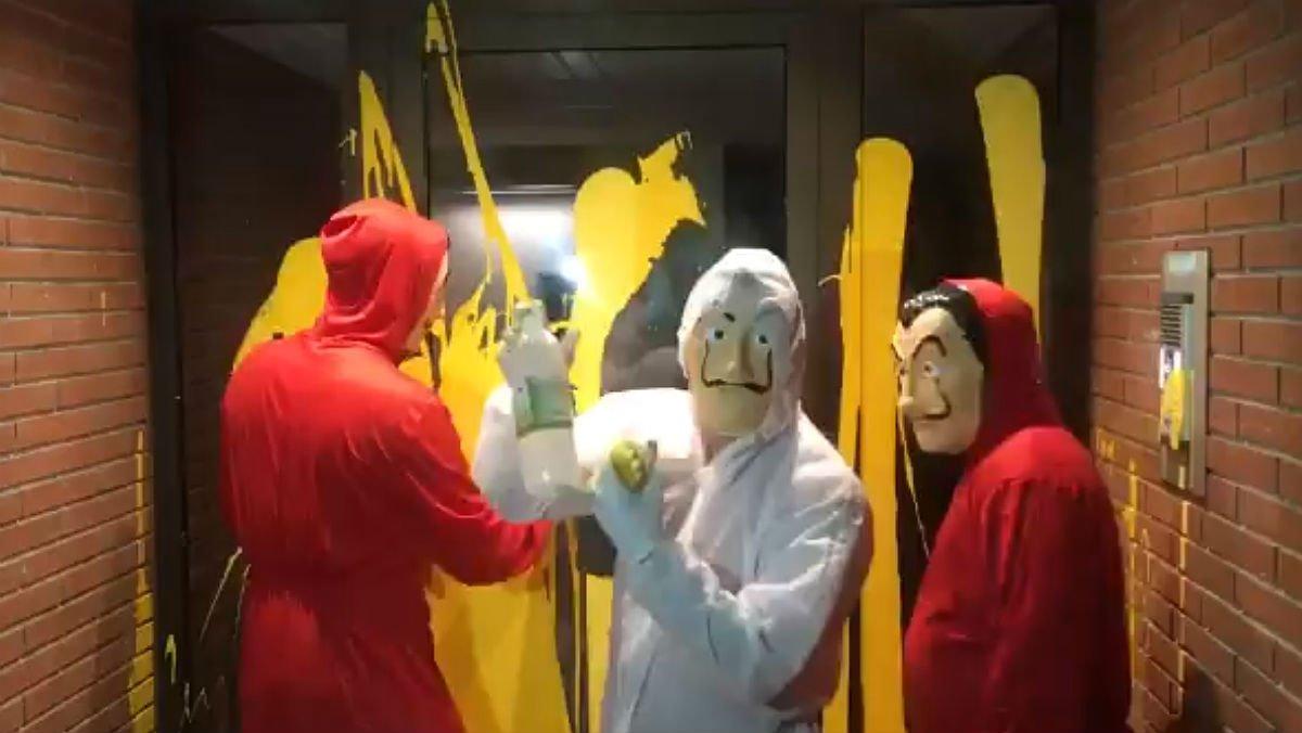 Voluntarios limpian la pintura amarilla de la casa de Llarena en Sant Cugat
