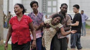 Familiares de víctimas acuden ala morgue de la ciudad deColombo.