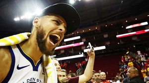 Stephen Curry celebra, eufórico, el pase a la final de la NBA tras vencer en Houston a los Rockets.