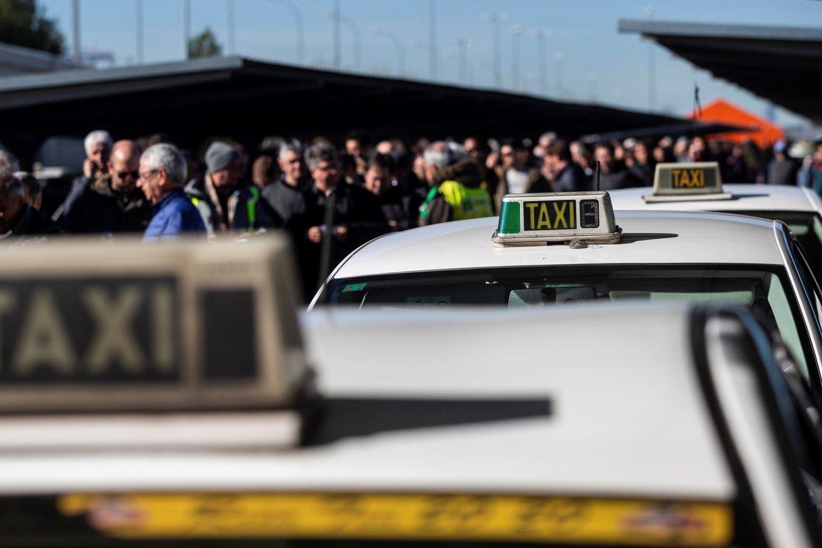 Taxistas en la T4 del Aeropuerto Adolfo Suárez deMadrid esperando para votar en el referéndum.