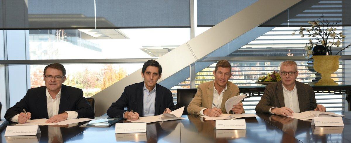 De izquierda a derecha: Javier Delgado, director de RRHH de Telefónica España; José María Álvarez-Pallete, presidente ejecutivo de Telefónica; José Alfredo Mesa, representante de UGT, y Jesús González, representante de CCOO.