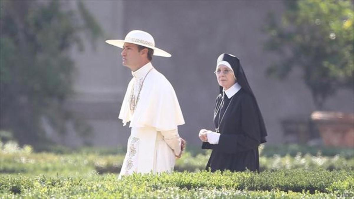 Jude Law, como Pío XIII,yDiane Keaton, como Sor María, en una escena de The young Pope.