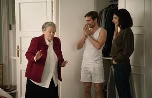 Maria Galiana, Carlos Cuevas e Irene Visedo, en una escena de la serie 'Cuéntame cómo pasó'.