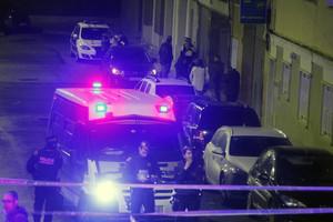 Despliegue policial en torno a la vivienda donde se ha producido el tiroteo, en Terrassa.