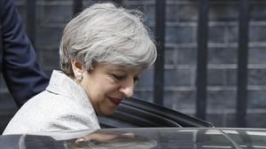 Theresa May abandona Downing Street tras reunirse con la líder del DUP, Arlene Foster.