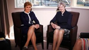 La primera ministra británica,Theresa May (derecha), junto a la ministra principal de EscociaNicola Sturgeon durante su reunión enGlasgow.