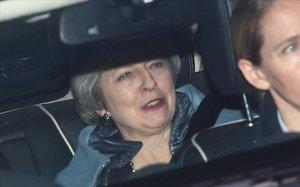 Theresa May sale del Parlamento británico, este jueves en Londres.