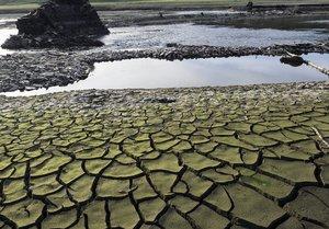 Tierra seca y cuarteada en el embalse de Belesar, a los pies del río Miño, cerca de Portomarín (Lugo).