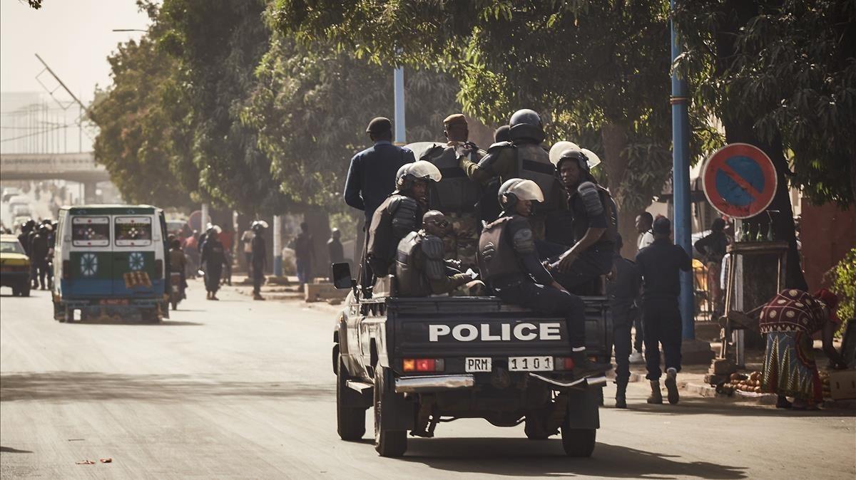 Tropas malienses se despliegan para bloquear a un grupo de manifestantes (fuera de foto) en dirección a la embajada francesa en Bamako (Mali) para protestar contra la continuada presencia de tropas de Francia en Mali, el 10 de enero.