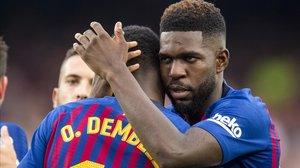 Umtiti felicita a Dembélé tras un gol del delantero al Huesca en el Camp Nou.