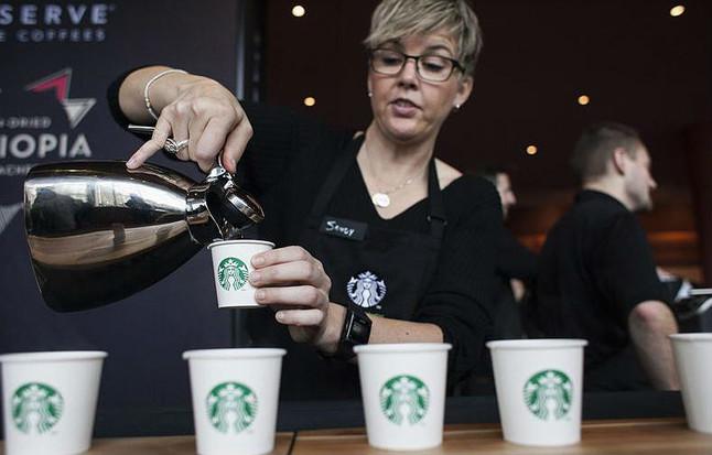 Una camarera de Starbucks sirve cafés durante un encuentro de accionistas de la compañía, el pasado marzo en Seattle.
