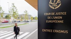 Una dona es dirigeix a lentrada de la seu del Tribunal Europeu de Justícia, a Luxemburg, aquest dilluns.