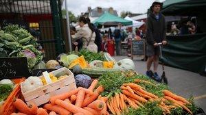 Una parada de frutas y verduras en el mercado de agricultores The Spread en Primrose Hill, al noroeste de Londres.