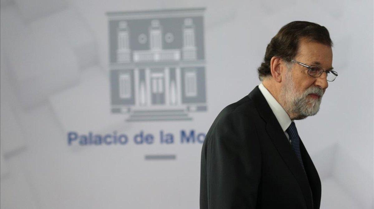Mariano Rajoy llega a la sala de prensa de la Moncloa. durante su presidencia.