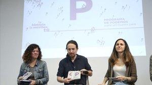 El secretario general de Podemos, Pablo Iglesias, y las diputadas moradas Ione Belarra y Sofía Castañón