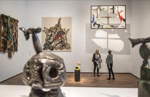 Uno de los apartados de la muestra Miró y el objecto, con un bronce en primer plano y una pintura quemada suspendida del techo.