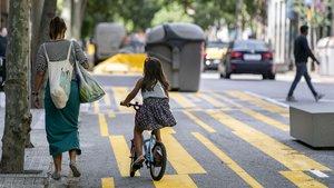 Uno de los nuevos corredores bici habilitados en Barcelona para facilitar una movilidad activa.