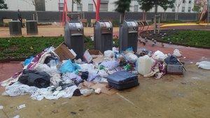 Uno de los puntos de recogida selectiva del Besòs i el Maresme, rodeado de bolsas de basura y porquería