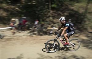 Unos ciclistas descienden por los jardines de Can Borni, en Collserola.