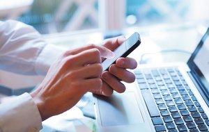 Un usuario consulta su aplicación de banca móvil.