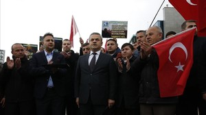 Varias personas protestan con eslóganes contra Holanda frente a la embajada neerlandesa en Ankara, el 12 de marzo.