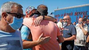 Varios trabajadores de Nissan celebran la ratificación del preacuerdo firmado con la compañía que atrasa el cierre de las plantas de Barcelona, este jueves en Montcada i Reixac.