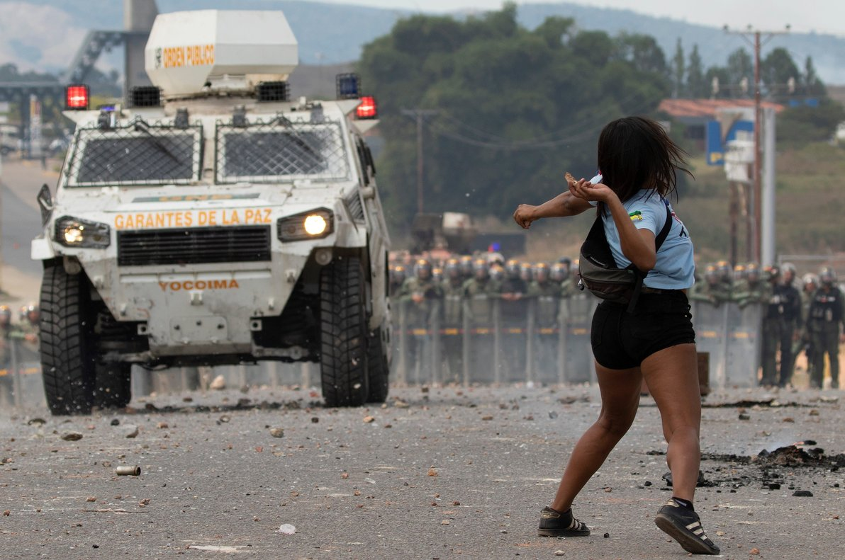 Venezolanos se enfrentan a los Policias de la Guardia Nacionalen la frontera entre PacaraimaBrasily Venezuela.