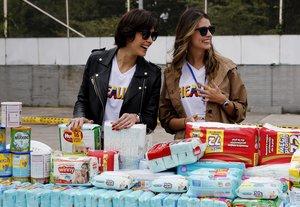 Dayana Mendozay Stefania Fernandezreciben donaciones durante el eventoHealingVenezuela.